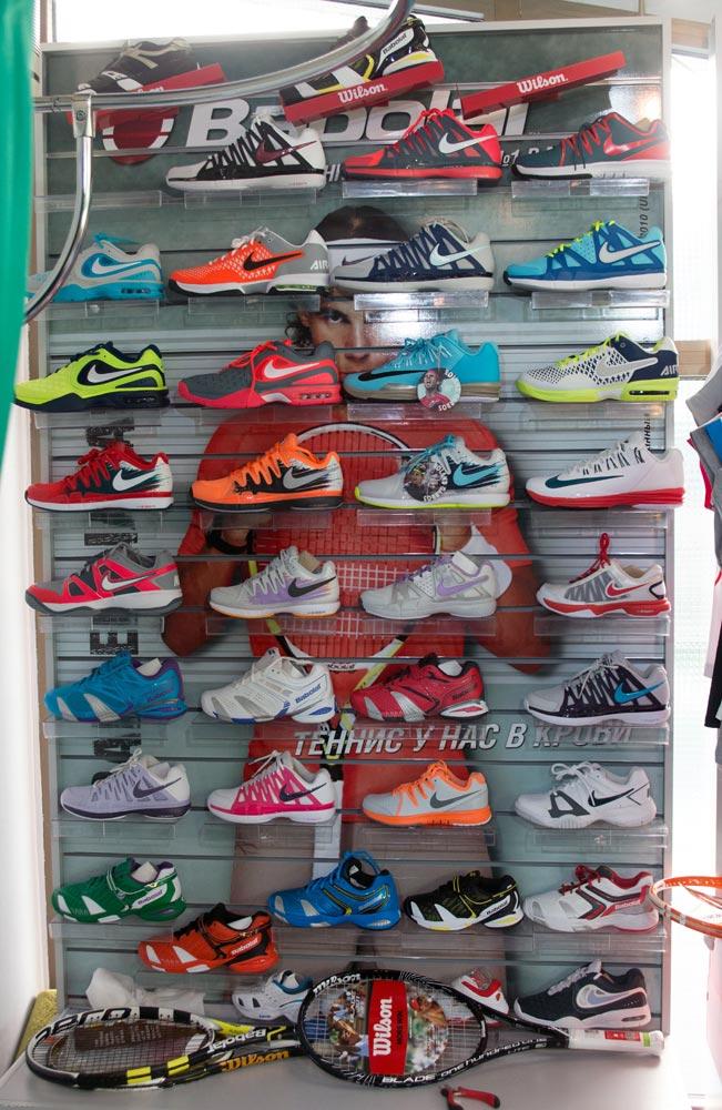 витрина с теннисной обувью